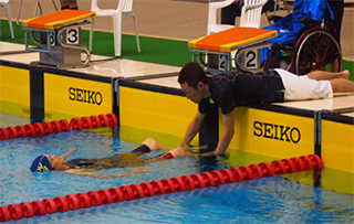 swimming view (Foot/Feet Start):The swimmer shall have some part of the body in contact with the wall until the starting signal is given. The swimmer may be assisted by a Support Staff.